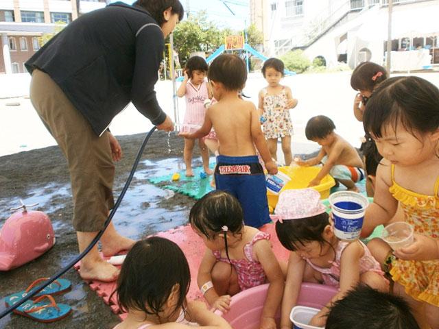 屋上プール・園庭での水遊び、泥んこ遊び